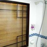 มีอ่างอาบน้ำ หน้าต่างเป็นกระจกมีมูลี่ให้ด้านนอกรูดได้