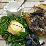 Escalope de veau avec des champignons ..mâche avec crotins de chavignol. .soupe de céleri