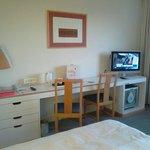 Bureau, mini bar et TV dans la chambre