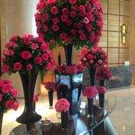 Crowne Plaza: Flowers in lobby