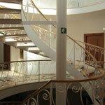 Оригинальная лестница в отеле. Также имеется удобный лифт.