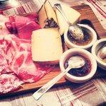 Tagliere misto salumi, formaggi abbinati a marmellate