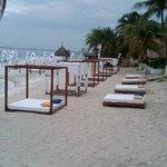 esta es el area de descanso en la playa una vista espectacular