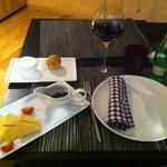 Mise en bouche croate (fromage, olives et vin)