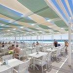 Je kan hier eten en drinken aan het strand, hoort bij het allinclusief