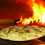 Pizza feita em forno a lenha