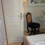 Hinter der Badezimmertür ist die Zimmertür