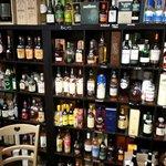 Une cave a whisky et rhum tres sympa !!