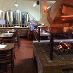 Salle dégustation Brasserie des Fagnes près du feu ouvert