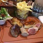 Plancha de canard: confit, gésier, saucisse, foie gras, et magret. Un régal pour les yeux mais a