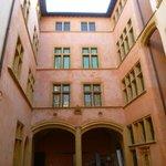 Musée Gadagne - entrée mur dans la cour
