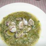 Borrajas con almejas y arroz en salsa verde
