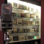 Parte de la colección de Radios acompañadas del típico micrófono.