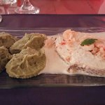 Salmon blanco con salsa de camarones y pure de brocoli con papas