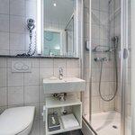 Bathroom Double Queen Economy