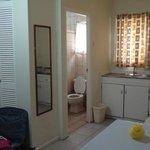 quarto com banheiro copa/cozinha com fogão e microondas