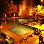 La piscine de l'hotel de nuit