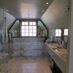 Suite 7 Bathroom
