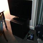 La télévision posée sur le frigo