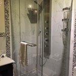 シャワーブース。レインシャワーとハンドシャワー、正面から出て来るシャワーと3つ選べます。