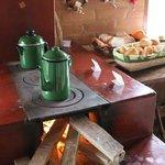 Delicioso café da manhã servido ao lado do fogão a lenha com vista para o riacho.....