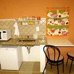 Mini cozinha com microondas e utensílios.....