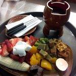 Delicioso Fondue para compartir y disfrutar con la mejor compañía, con frutas y chocolate