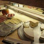 Plateau de fromages et charcuterie pour le petit-déjeuner