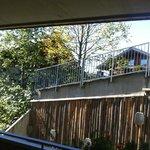 Zitat Hotelseite: Vom großen, überdachten Balkon aus genießt man die Aussicht ...