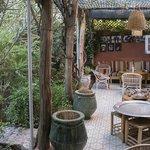 Le patio où est servi déjeuner et diner