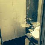 Modernes Badezimmer mit Granit und Dornbracht-Amaturen