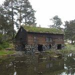uma das casas a beira de um lago
