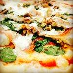 Pizza Fiorentina: tomate, mozzarella, espinacas, queso de cabra, bacon y nueces