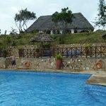 Haus über dem Pool mit gutem Blick auf das Meer