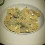 Triangoli gefüllt mit Scampi in Butter und pistacchio