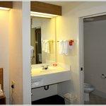 Il lavabo in camera e la porta del bagno
