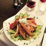 Lecker Salat mit panierter Hähnchenbrust