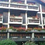 ホテルの外観。お花が綺麗です。