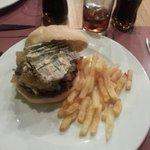 Hamburguesa, queso y compota de manzana