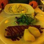 Lasaña y lomo de atun con salsa de frutos rojos