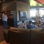 Pas assez de places pour manger. Les gens doivent manger dans le lobby.