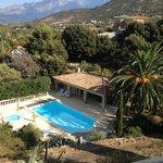 vue plongeante sur le jardin et la piscine