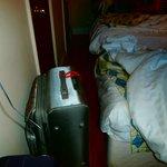 valijas contra los pies de la cama