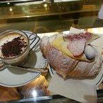 caffè macchiato al vetro e croissant crema e frutta !!!