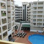 uitzicht vanaf het balkon op de binnenplaats met zwembad