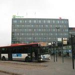 空港からのバスが駅に着いたところからの写真