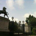 Monumento próximo ao porto de Napoli