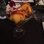 Coupe créole: fruits frais avec boules de glaces aux saveurs des îles et crème chantilly