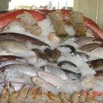У входа ветрина с морепродуктами