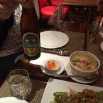 Cena y cerveza de la casa